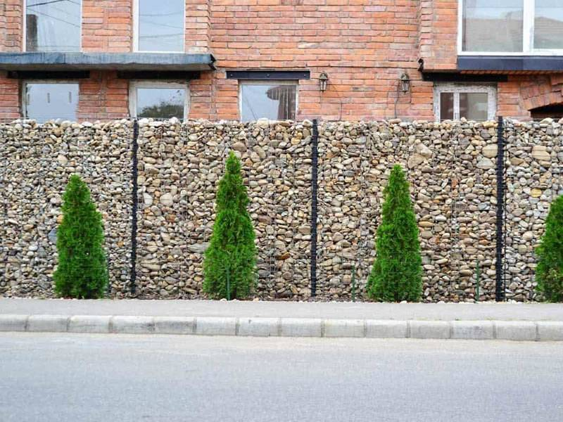 A line of gabion walls are used as residence walls beside the street.